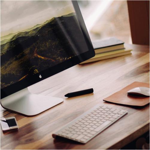 Limpieza de monitores, teclados y ratones en limpieza de oficinas