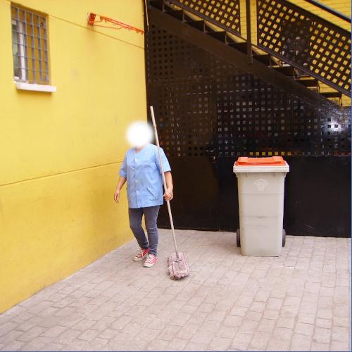 Limpieza con mopa de hall de entrada a edificio de viviendas
